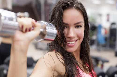 Vektløftingsøvelser for kvinner som gir tonede muskler