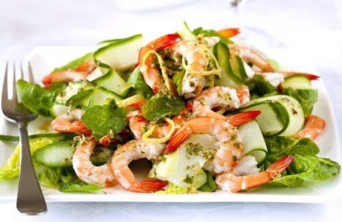 Friske salater med reker og agurk.