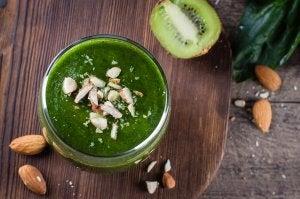 Grønne sunne frokostdrikker.