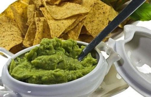 Guacamole er perfekt og typisk med chips.