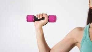 Ulike øvelsr for sterke og trente armer.