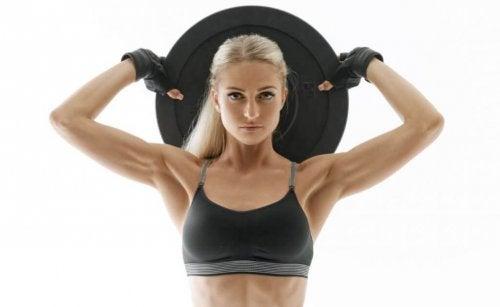 Kvinne jobber med å øke muskelmassen uten treningssenter.