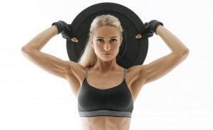 Kvinne jobber med å øke muskelmassen sin.
