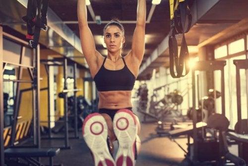 Kvinne som trener med stang.