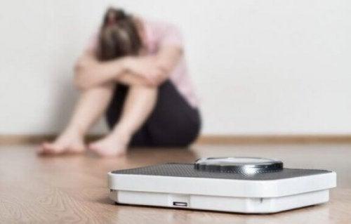 Kvinne er trist over vekten sin