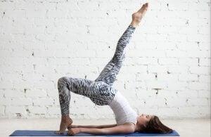 Glute bridge eller rumpeløft er en god øvelse for tynnere bein.
