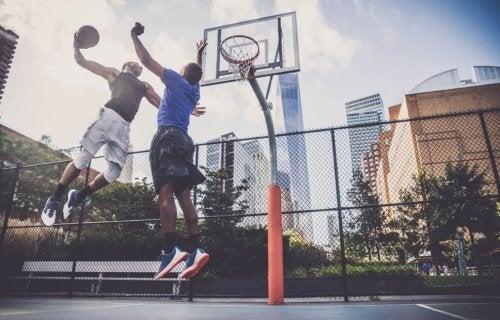 Basketball med høye hopp.