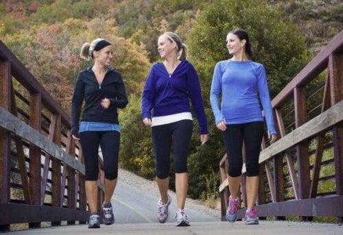Damer som går over en bro.