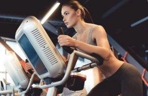 Kvinne trener på elipsemaskin.