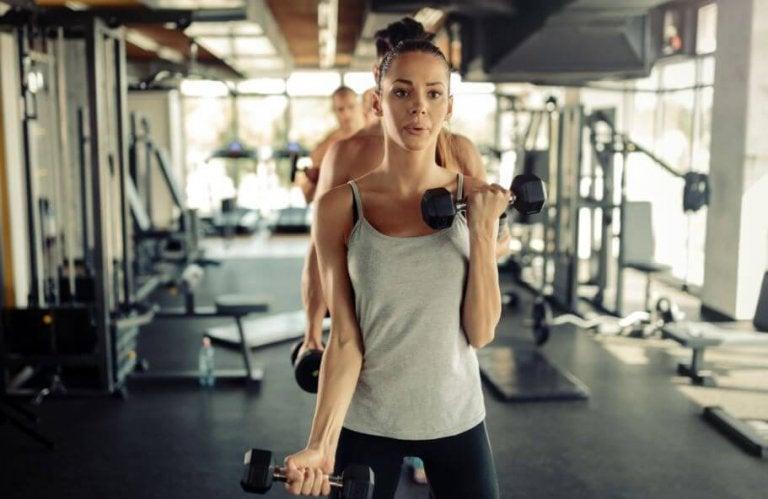 Er det mulig å få muskler uten å løfte tunge vekter?