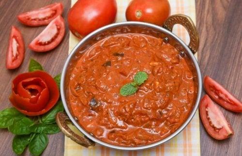 Gryte med tomatsaus.