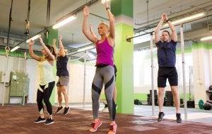 Personer utfører knebøy med hopp for å forme og styrke beina.