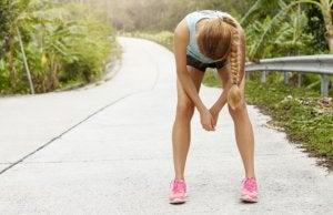 Kvinne jogger i tropisk landskap.