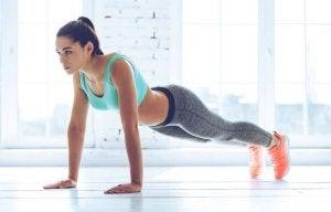 Kvinne trener armhevinger.