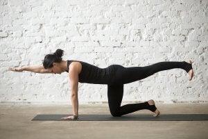 Kvinne trener bird dog.