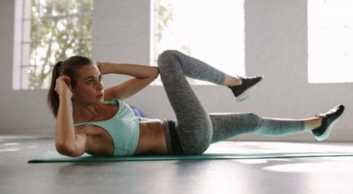 Rutine for å trene magen: Fire grunnleggende øvelser