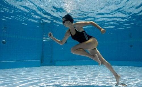Løpe i vannet.