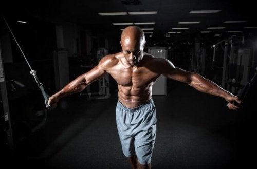 Krysstrekk er en effektiv øvelse for å trene brystet.