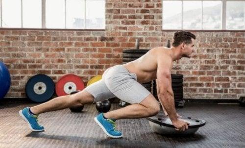 """Mann som gjør """"fjelklatrer"""" i en CrossFit rutine."""