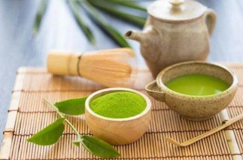 Matcha grønn te kan lages med både vann og melk.
