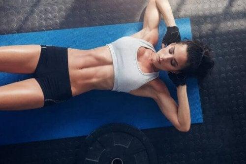 Sannheter og myter om hvordan man får en fast mage