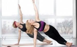 Kvinner trener magen sin.