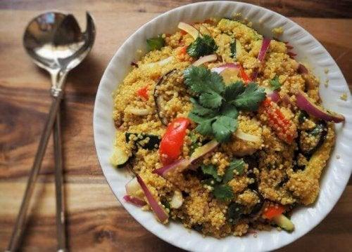 Quinoa med grønnsaker er sunn mat å ta med på jobb..