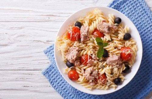 Et eksempel på et sunt strandmåltid: pastasalat.