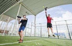 To menn utfører treningsformen padel.