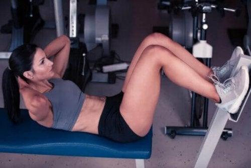 Oppnå magemuskler med pyramidetrening