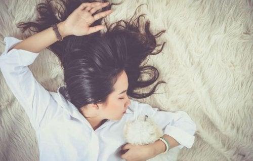 En dame som sover og kan lade energien.