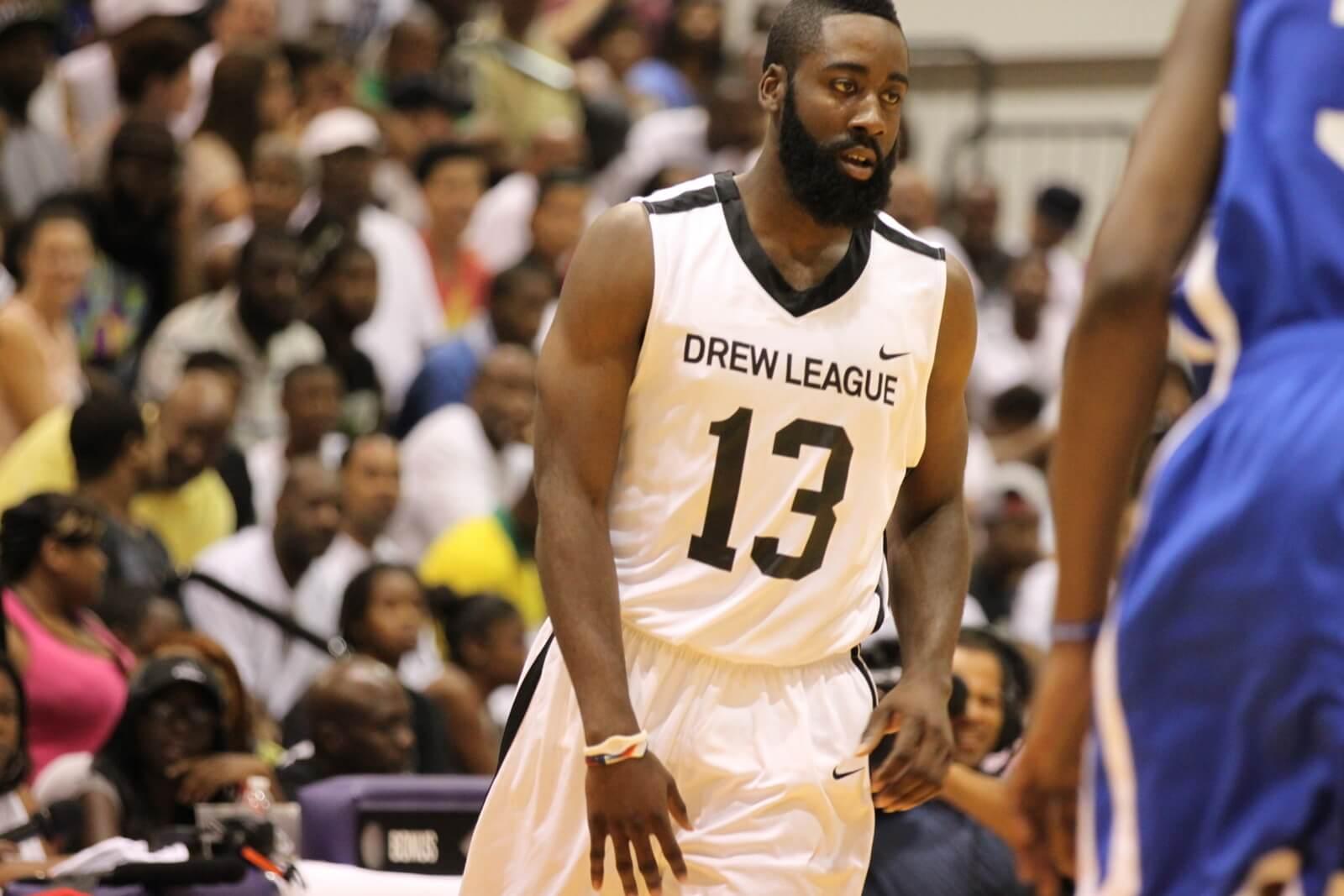 Bilde av en amerikansk basketballkamp.