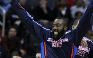 Amerikansk basketballspiller jubler.