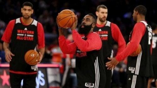 Hvorfor er det flere dunk i NBA enn det er i europeisk basketball?