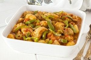 Gryterett med kyllingbryst, potet og proteiner. En av de beste gryterettene med et høyt proteininnhold.