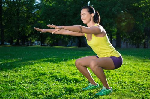 Knebøy er en flott treningsøvelse, som kan gjøres så og si hvor som helst.