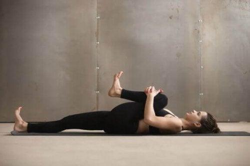 5 enkle øvelser for å tøye ut hamstring-muskulaturen på baksiden av låret
