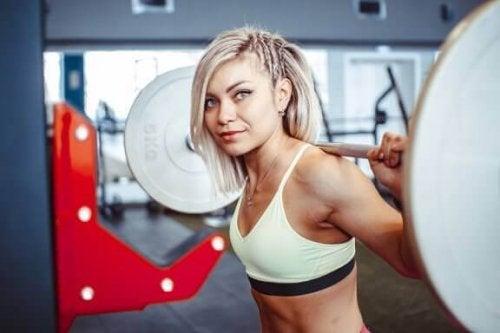 Knebøy med vektstang for å styrke den nedre delen av kroppen