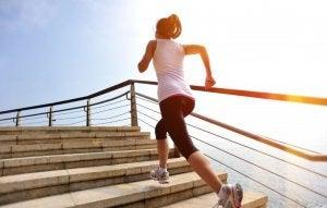 Kvinne utfører trappetrening med hurtighet.