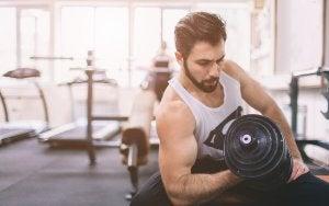 Mann løfter vekter på treningsstudio.