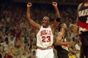 Bilde av basketballspilleren Michael Jordan mens han jubler.