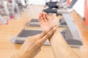 Person måler pulsen sin på treningsstudio.
