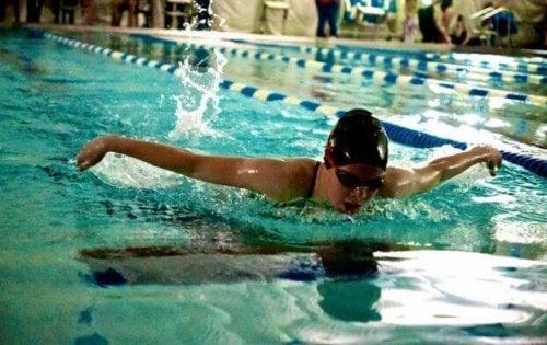 Jente som svømmer butterfly.