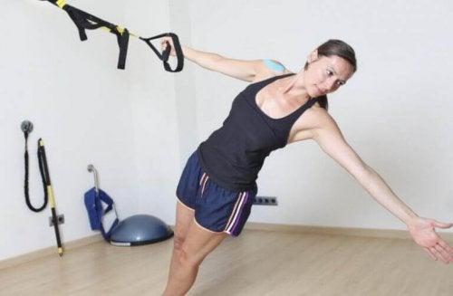 Kvinne som gjør TRX-øvelser.