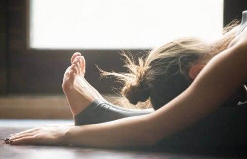 Yogaøvelse for menstruasjonssmerter.