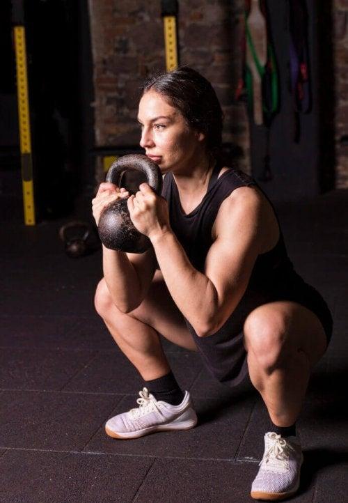 Styrketrening med vekter kan også være goblet squat, for eksempel med en kettleball.