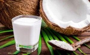 Kokosnøtt og et glass kokosnøttsmelk