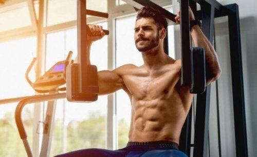 mann trener brystøvelser for å øke treningsfrekvensen
