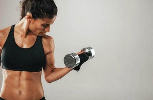 En dame med fokus på vekt og muskler.