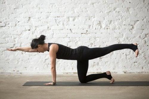 Planken med utstrekt bein, en av flere øvelser for legger og gluteus.